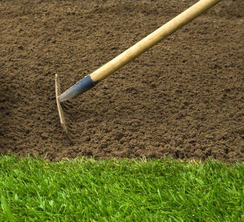 ratisser le sol pour préparer le gazon