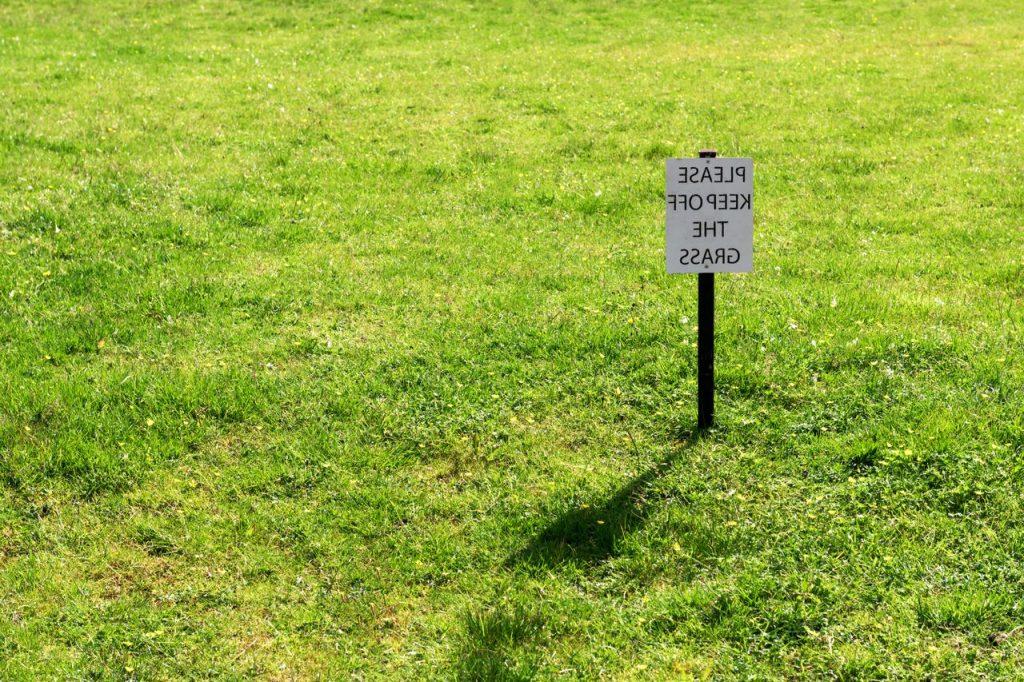 ne pas marcher sur la pelouse